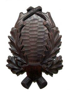Sort håndlavet trofæplade råbuk med udskårne egeløv