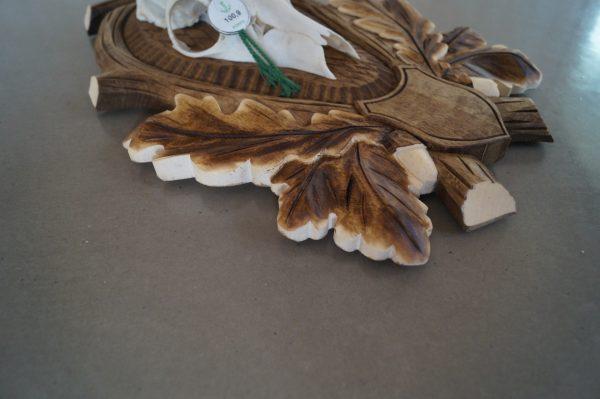 Lys håndlavet trofæplade til buk med dybt udskårne egeløv