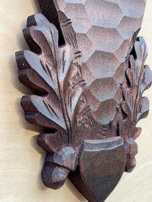 Trofæplade råbuk i sort med egeløv og agern