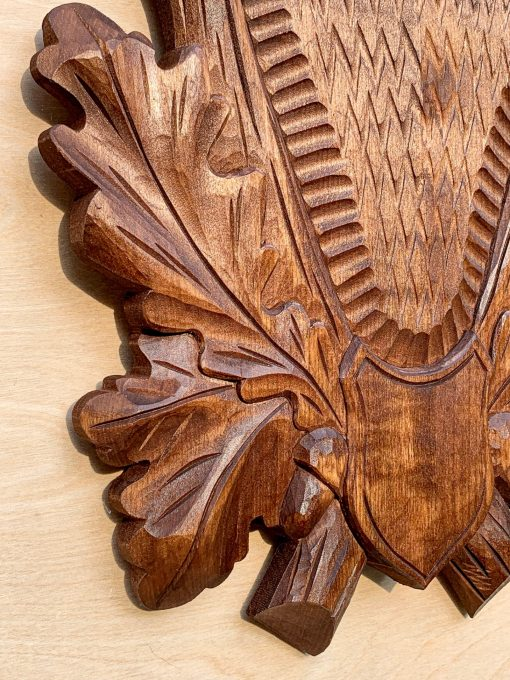 Brun håndlavet trofæplade til buk med dybt udskårne egeløv