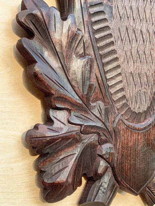 Sort håndlavet trofæplade til buk med dybt udskårne egeløv