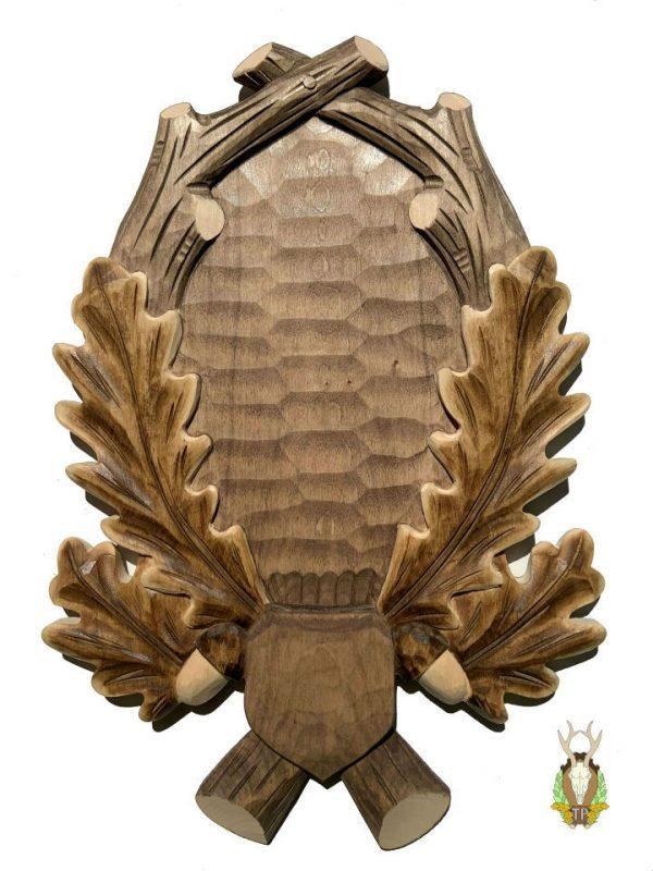 Lys håndlavet trofæplade råbuk med udskårne egeløv