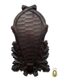 Smal sort trofæplade buk med dybt udskårne egeløv