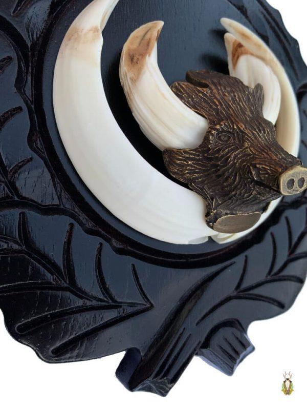 Vildsvineplader med flotte dekorationer monter med vildsvinehovedet i bronze